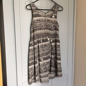 Monochrome summer dress with back opening
